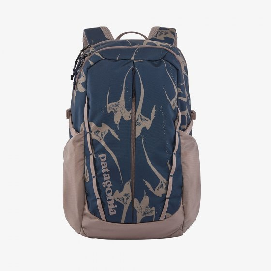 Picture of the tropical bird pattern Refugio backpack 26L (front view). Picture background is white.